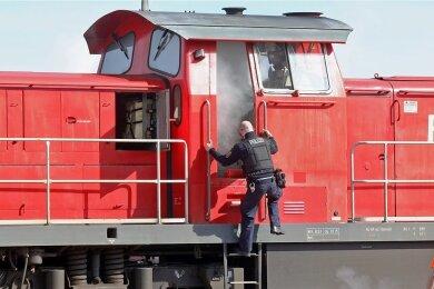 Diese Diesellok und ein Wohnhaus kamen bei den Bränden vom 16. April 2020 in Glauchau zu Schaden.
