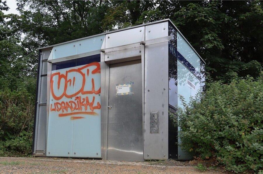 Von der öffentlichen Toilette am Schwanenteich bleibt nur die äußere Hülle erhalten. Im Oktober soll sie wieder öffnen.