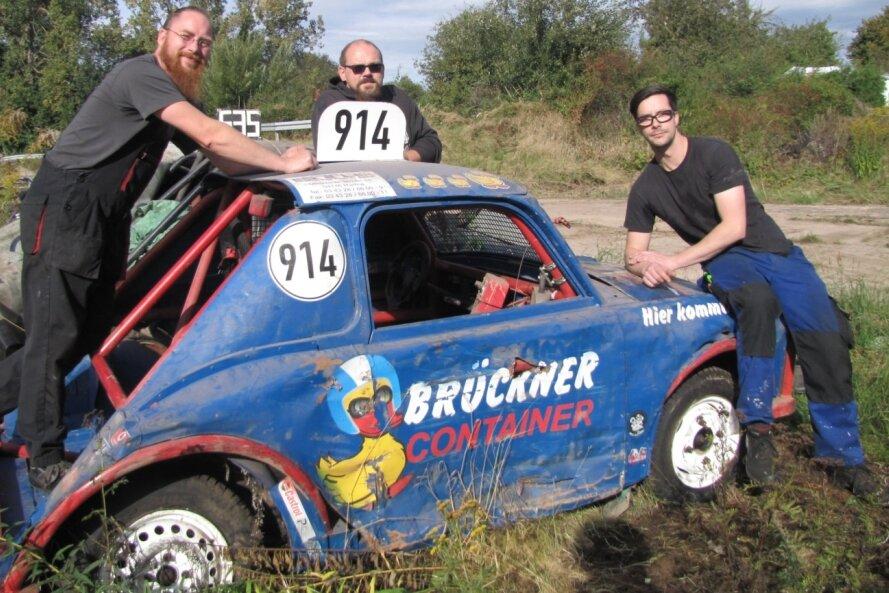 Neben dem Präparieren der Strecke arbeiten René Feldmann (v. l.), Stephan Schäfer und Toni Kluge an Fahrzeugen fürs Rennen.