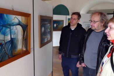 """Vorab warfen Robert, Matthias und Johanna Zwarg schon mal einen Blick auf die Ausstellung """"Circle Game"""" im Schloss Wildeck, in der unter anderem das Motiv des Apfelbaums mehrfach auftaucht."""