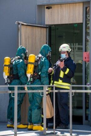 Spezialkräfte der Feuerwehr gehen in das Gerichtsgebäude, um den verdächtigen Brief sicherzustellen.