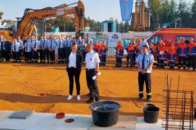 Oberbürgermeisterin Constance Arndt, Stadtfeuerwehr-Chef Nils Eichhorn und der Marienthaler Wehrleiter Alexander Winkel (von links) legten den Grundstein für das neue Gerätehaus.