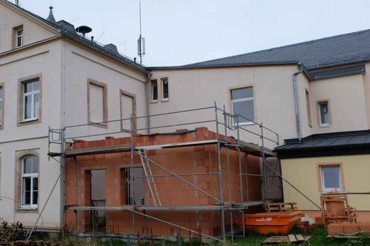 Auf der Baustelle für den Anbau, in dem ein Lager für Requisiten entsteht, geht es voran. Rechts daneben, in die schmale Lücke zwischen den Gebäudeteilen, soll eine Fluchttreppe gebaut werden.