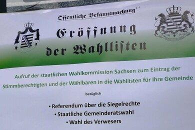 """Laut den sächsischen Verfassungsschützern sollen die Plakate, die unter anderem in Mittweida festgestellt wurden, """"einen offiziellen und 'amtlichen' Anschein erwecken"""". Typisch sei dabei die Verwendung scheinbar staatlicher Symbole, wie Flaggen oder Siegel, sowie die Durchführung pseudodemokratischer Veranstaltungen."""