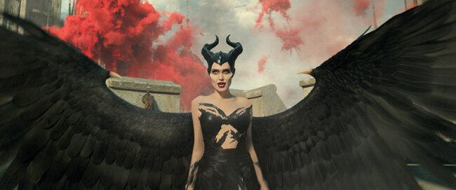 """""""Maleficent: Mächte der Finsternis"""" war übrigens für einen Oscar 2020 für das beste MakeUp und Hairstyling nominiert. In unserer Galerie findet ihr die besten Looks von Maleficent, Aurora und Queen Ingrith aus dem Film."""