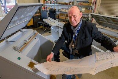 Jens Glänzel von der Kasu GmbH im Chemnitzer Ortsteil Wittgensdorf montiert fast im Alleingang Müllverdichter, mit denen problematischer Krankenhausmüll entsorgt werden kann.