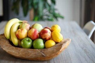 Ganz klarer Fall: Das Obst liegt in der Schale und steht auf dem Tisch.