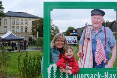 Auf der Fläche der ehemaligen Neukirchner Fabrik in Thalheim ist der Buntsockenpark entstanden. Besonderer Anziehungspunkt ist der Fotopunkt mit dem Quersack-Max, den Stephanie Schmidt und ihre vierjährige Tochter Emma gleich ausprobiert haben.