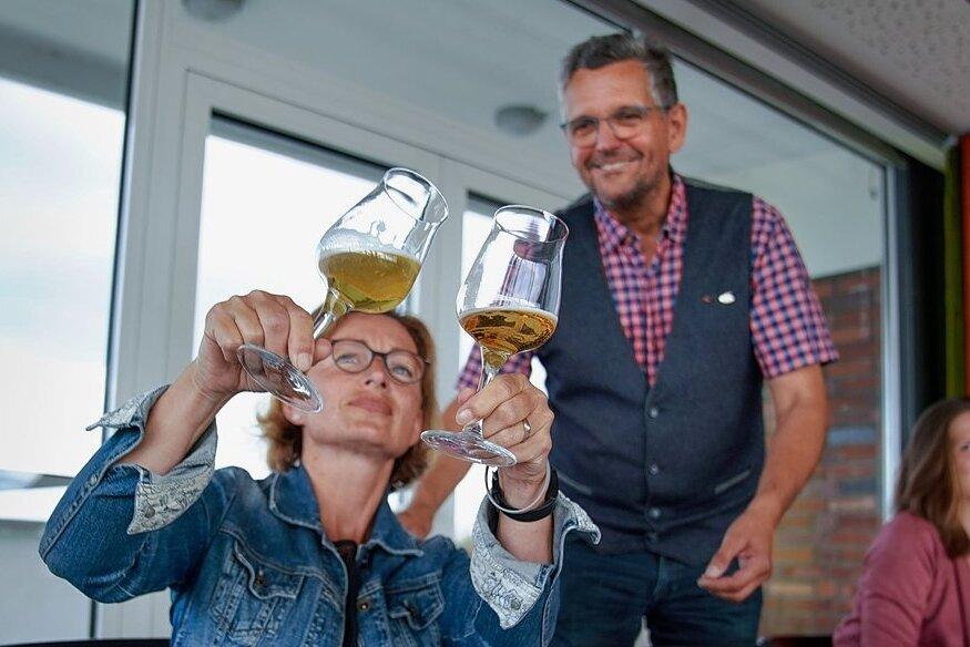 """Glanzfein oder nicht? Sommelier Jens Zimmermann lässt Sylke Schuster-Häckel aus Zwickau zwei untergärige Biere vergleichen. Sie ist eine von acht Lesern der """"Freien Presse"""" und der """"Sächsischen Zeitung"""", die am Test in Dresden teilnehmen durften."""