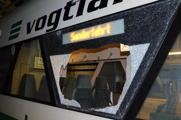 Die zerstörte Scheibe am Triebwagen der Vogtlandbahn. Die Bundespolizei ermittelt wegen gefährlichen Eingriffs in den Bahnverkehr.