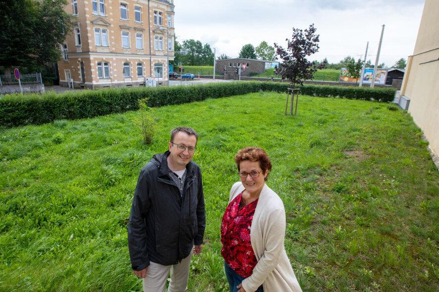 Auf dieser Grünfläche an der Ecke Rückert-/Pausaer Straße sollen im Herbst sogenannte Klimabäume gepflanzt werden. Die Rathaus-Mitarbeiter Carmen Kretzschmar und Ulf Merkel haben dafür den Hut auf.