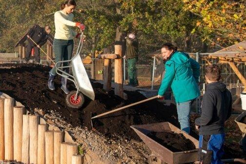 """Das Team des Evangelischen Kindergartens """"Apfelbaum"""" in Döhlen hat am Montagnachmittag einen Hügel mit Komposterde bedeckt und Gewächse gepflanzt."""