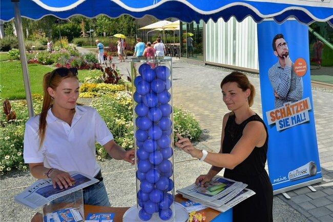 """Befüllt: Bei Linette Saborowski am Stand von """"Freie Presse"""" konnten die Besucher schätzen, wie viele Bälle in dem Zylinder sind."""