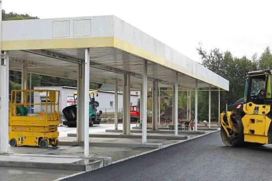 Der erste Stahlbau der SB-Waschanlage an der Bahnstraße steht bereits. Anfang der Woche wurde die Schwarzdecke aufgezogen.