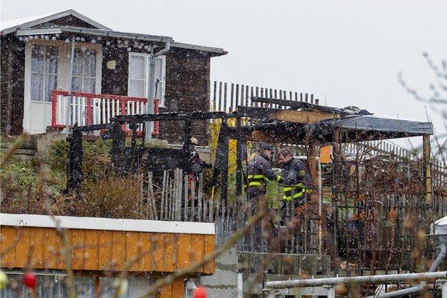 Steile Lage wie in einem Weinberg: Eine Laube in der Gartenanlage Rundblick ist völlig zerstört. Brandexperten der Polizei waren am Montagvormittag bei der Arbeit.