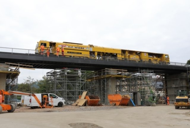 Die Gleisstopfmaschine vollzog bei ihrem Einsatz auf dem neuen Brückenviadukt zugleich die Testfahrt auf der Querung.