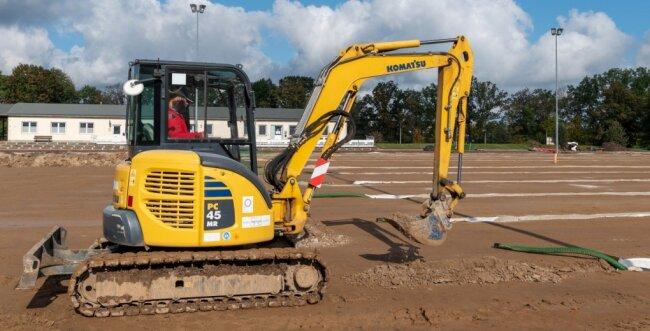Im Stadion an der Zinnberger Straße in Penig bauen Mitarbeiter der Firma Delling Bau Claußnitz derzeit unter anderen an der Drainage.