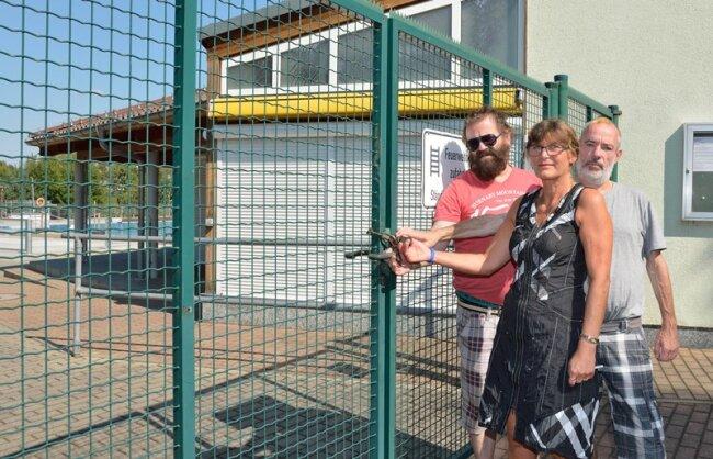 Matthias Böhring, Sabine Kaiser und Norbert Thiel sind bedient. Sie standen gestern wie viele Gäste vor verschlossenen Toren.