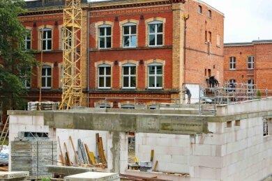 Im Hof des Werdauer Gymnasiums wird seit einigen Wochen gebaut. Die meisten Schüler haben sich bereits daran gewöhnt.