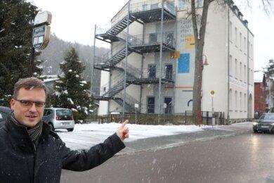 Martin Kleindienst zeigt auf die Stelle, wo der Hortanbau im Lichtensteiner Ortsteil Rödlitz hin soll. Seine SPD-Fraktion hat bereits einige Anträge im Stadtrat gestellt, mit dem Ziel, das Projekt zu beschleunigen.
