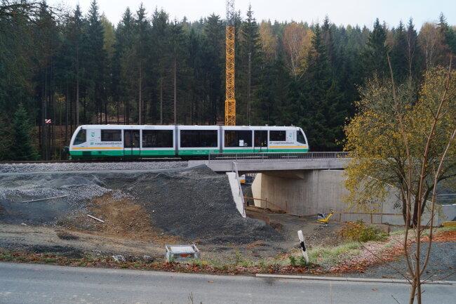 Ein Zug fährt auf der neuen Brücke in Zwota-Zechenbach.