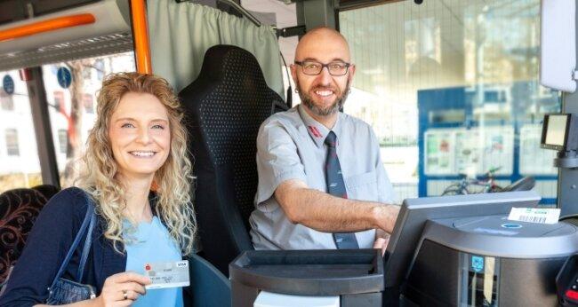 Teamleiterin Rebecca Schürer stellt das Herzstück in den Bussen vor: Der Bordrechner, der alle Daten an ein zentrales System übermittelt. Bargeldloses Bezahlen soll jetzt schon möglich sein.