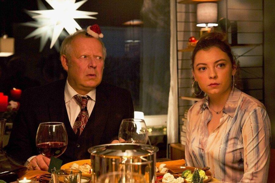 """Gerald Bundschuh (Axel Milberg) und seine Tochter (Amber Marie Bongard) müssen zusehen, wie das festliche Adventsessen im Chaos versinkt. Folgerichtig heißt dieser Film auch """"Familie Bundschuh im Weihnachtschaos""""."""