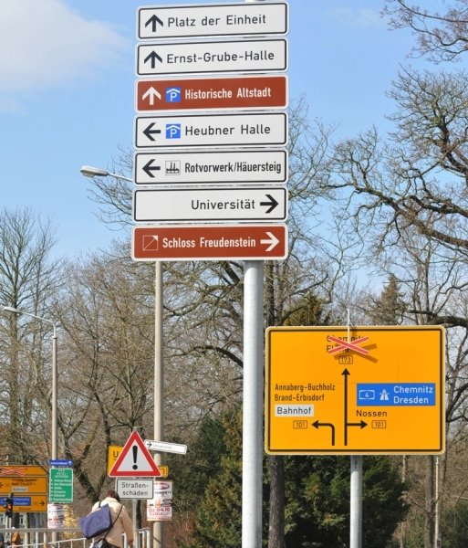 Die Zusammenstellung des touristischen Leitsystems in Freiberg wie an der Bebelkreuzung ist nicht für jeden nachvollziehbar.