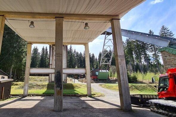 Der Unterbau des Schanzentischs soll zum Überbau für das geplante Mehrzweckgebäude werden. Entgegen dem Ratsbeschluss plädiert der Wintersportverein dafür, dass das Gebäude auf einer Freifläche nebenan entsteht.