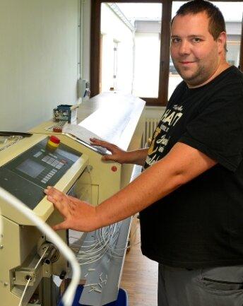 Christian Seidler arbeitet in den Werkstätten am Kabelkonfektionierer.