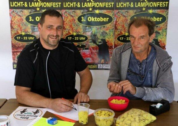 Jeder Besucher des Licht-und Lampionfestes bekommt einen gelben Chip: Organisatoren Matthias Ramm (links) und Steffen Fiedler