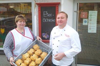Bäckermeister René Buschmann und seine Frau Manja vor ihrem Geschäft in Dorfchemnitz. Buschmann betreibt die Bäckerei bereits in der viertenGeneration.