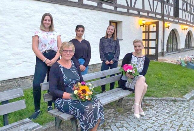 Christine Hofmann (vorne links) war bis 1. August Direktorin der Oberschule in Weischlitz. Am Montagabend übergab sie während der Gemeinderatssitzung offiziell den Staffelstab an Cornelia Zenner. Es gratulierten die Schülerinnen Alina, Nazlie und Lena (hinten, von links).