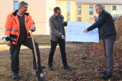 Polier Steffen Ehrler, Olaf Schwarzenberger, Geschäftsführer der Volkssolidarität, und Michael Malz, Chef der Malz-Gruppe aus Reichenbach, (im Bild von links) trafen sich am Dienstag zum symbolischen ersten Spatenstich.
