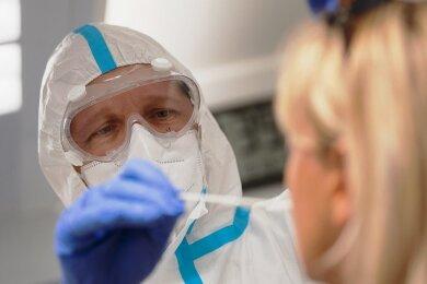 Die Anzahl der nachweislich positiv auf Corona getesteten Personen steigt im Erzgebirgskreis weiter an. Am Wochenende sind insgesamt fast 900 Neuinfektionen registriert worden.