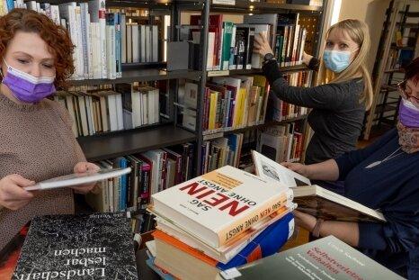 Aussortieren für den Flohmarkt: Bibliotheksleiterin Sindy Hänel, Claudia Welke und Dörte Lyra (v. l.).