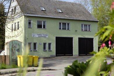 Das Depot in Hermannsdorf entspricht den Anforderungen an ein zeitgemäßes Feuerwehrgerätehaus nicht mehr. Das Gebäude soll dem Ort aber erhalten bleiben. Gewünscht sind ein Um- und ein Anbau.