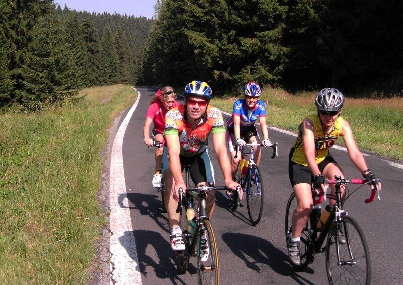 Steffen Meixner (vorn links) mit einer Gruppe aus Halle und Berlin auf dem Weg von Johanngeorgenstadt nach Horní Blatná (Platten). Von da aus geht es abwärts ins Egertal. Ehrensache, dass der steile Rückweg nicht mit der Bahn bestritten wird, wie bei normalen Radwanderern. Diese Touristen machen Urlaub, um zu trainieren.