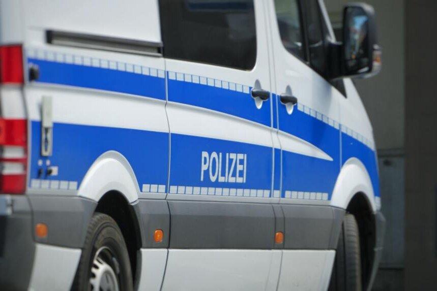 Alarmiert wegen Ruhestörung: 38-Jähriger bedroht Polizei mit Waffe