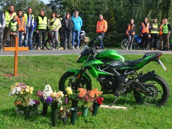 Im September vorigen Jahres nahmen Dutzende Menschen Abschied voneinem 16-jährigen Jugendlichen, der kurz zuvor bei einem Verkehrsunfall mit seinem Moped tödlich verunglückt war.