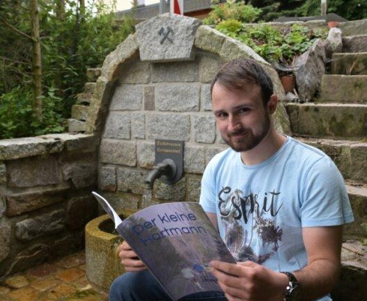 Jacob Schramm hat ein Kinderbuch geschrieben, in dem der Zaubertrunk aus der im Bild sichtbaren historischen Hartmannsdorfer Quelle eine große Rolle spielt.