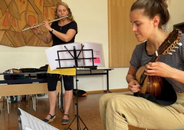 Susanne Maaß (hinten) bei der Einzelprobe mit Maja Schütze, die die Mandoline spielt.