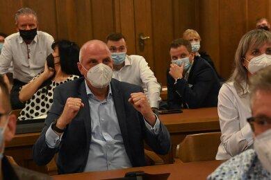 Wahlabend im Rathaus: Detlef Müller hat nach 16 Jahren das Chemnitzer Bundestags-Direktmandat für die Sozialdemokraten zurückerobert. Auch bei den Zweitstimmen wurde die SPD mit 23,4 Prozent stärkste Kraft. Für die CDU-Vertreter auf den Plätzen hinter Müller verlief der Abend indes eher frustrierend.