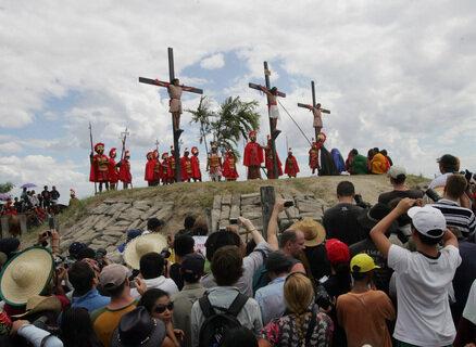 Ruben Enhaije wird mit anderen Männern ans Kreuz geschlagen