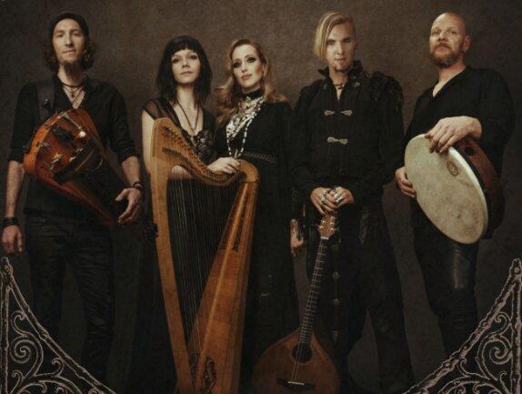 """Die Band Faun. Der aus Hainichen stammende Stephan Groth (links) ist seit 2011 dabei. Mitbegründer der Formation, die dem Pagan-Folk zugeordnet wird, ist Oliver """"SaTyr"""" Pade (2. v. r.)."""