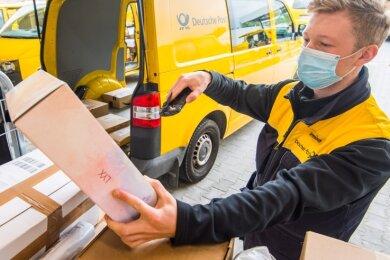 Manuel Irmisch gehört zu den 32 Frauen und Männern, die im neuen Zustellstützpunkt von DHL in Eibenstock arbeiten.