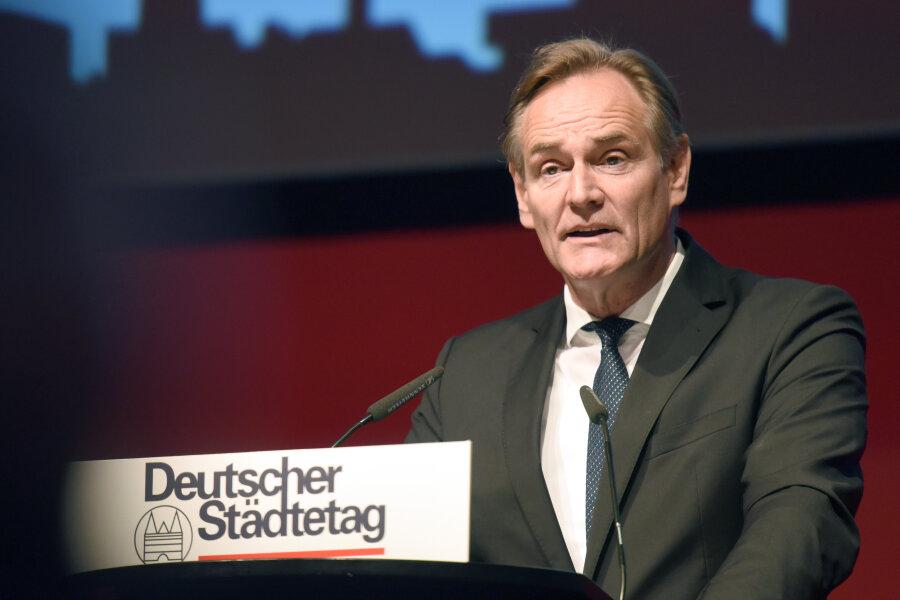 Burkhard Jung (SPD), Oberbürgermeister der Stadt Leipzig, spricht nach seiner Wahl zum neuen Präsidenten des Städtetages. Rund 1300 Delegierte des Deutschen Städtetages und Gäste treffen sich zur Hauptversammlung die alle zwei Jahre stattfindet.