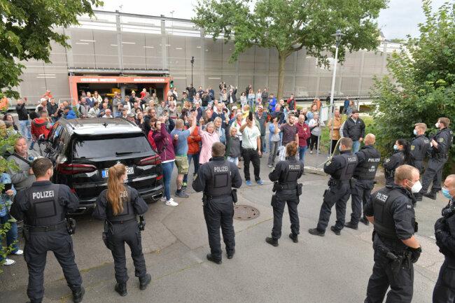 Bei den Protesten rund um die Veranstaltung im Tivoli wurde eine Polizistin verletzt.