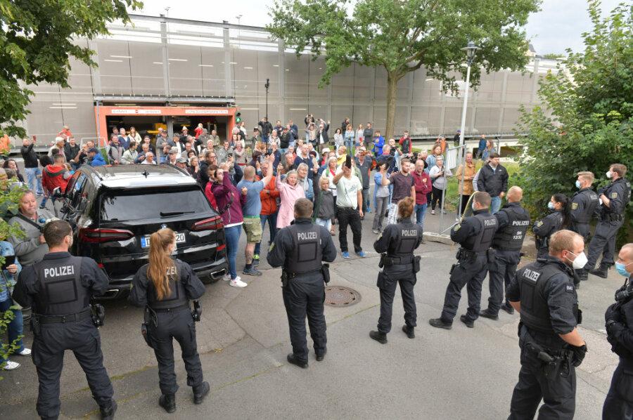 Bei den Protesten rund um die Veranstaltung wurde eine Polizistin verletzt.