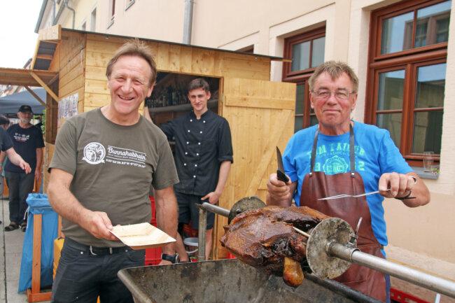 """Jens Uhlemann (l.) und Michael König (r.) vom """"Goldenen Löwen"""" Niederbobritzsch präsentierten Galloway-Rind am Spieß auf der Burgstraße."""